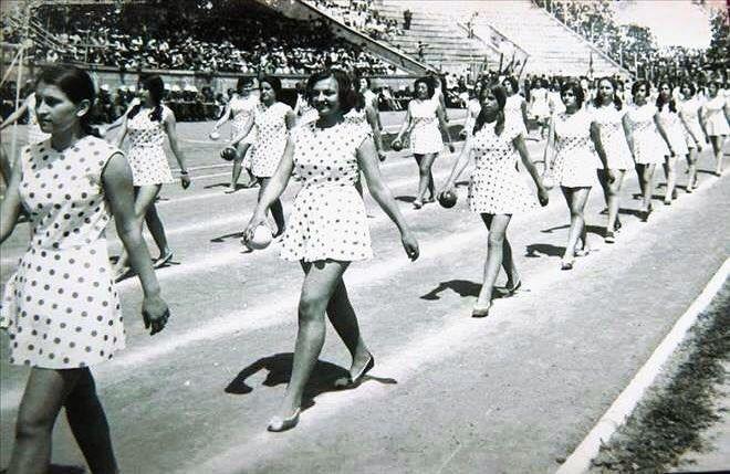 19 Mayıs arşivlerinden bir fotoğraf. Bu fotoğrafta özlediğimiz her şey var: medeniyet mutluluk enerji... 19 Mayıs Atatürk'ü Anma Gençlik ve Spor Bayramı'nı kutluyor; 'Bütün ümidim gençliktedir' diyen Atamıza şükranlarımızı sunuyoruz. #19Mayıs #Atatürk #marconlab #kutlama #bayram #socialmedia #today