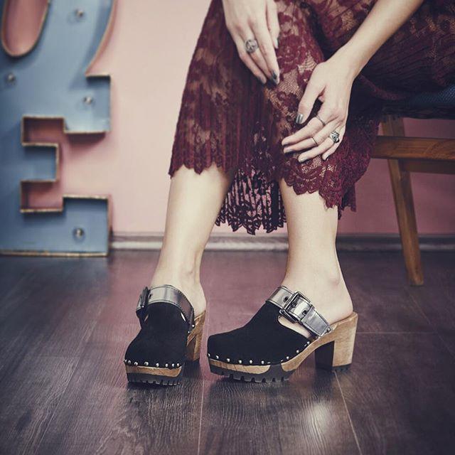 Closeup von unserem Model OFIRA. Die neuen Modelle könnt Ihr übrigens schon jetzt bei uns im Onlineshop bestellen. Der Frühling kommt bestimmt! #softclox #newcollection #clogs #seventies #instashoes #loveshoes #campaign