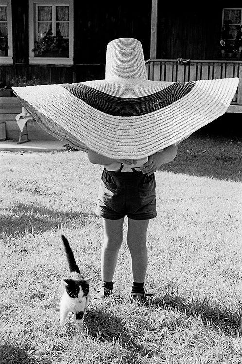 Frank Horvat - Lorenzo under the hat, Paris, 1959