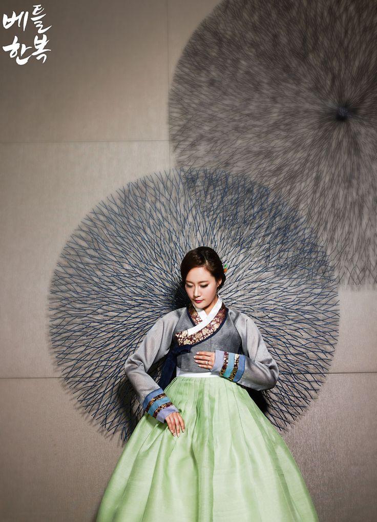 Korean traditional clothes.(hanbok) #korean #green #mother #photo #전통한복 #전통 #pattern #natural
