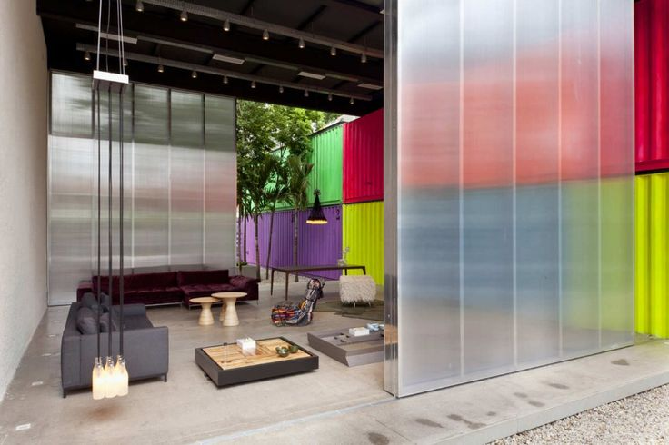 Fantastic building by the brazilian Marcio Kogan, one of my favourite architects. Low budget, reuse of shipping containers (sustainable!) and those colour choice are fabulous.