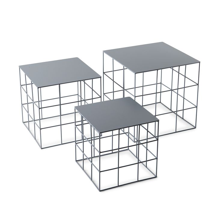 Reton Quadrato e' un set di tre tavolini quadrati di tre misure diverse completamente realizzati in ferro lavorato a mano.