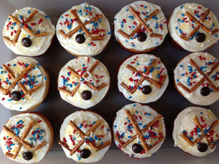 Hockey Cupcakes! Pretzel thin sticks, an M&M puck and sprinkles in the team's colors! Go Boston Stars!