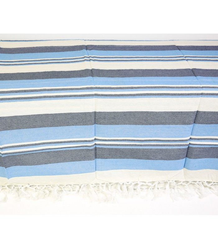 Colcha Kerala con rallas combinadas en colores azules claros y oscuros y crudos Material: Tejido algodón