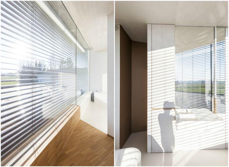 Badezimmer Panoramafenster Jalousien Spiegelwand Weiß Waschbecken