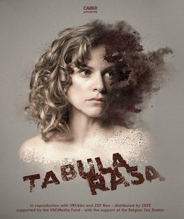 Tabula rasa is een meeslepende, psychologische thrillerreeks over een jonge vrouw met geheugenverlies die de enige sleutel vormt in een mysterieuze verdwijningszaak. betekenis schone lei, onbeschreven blad