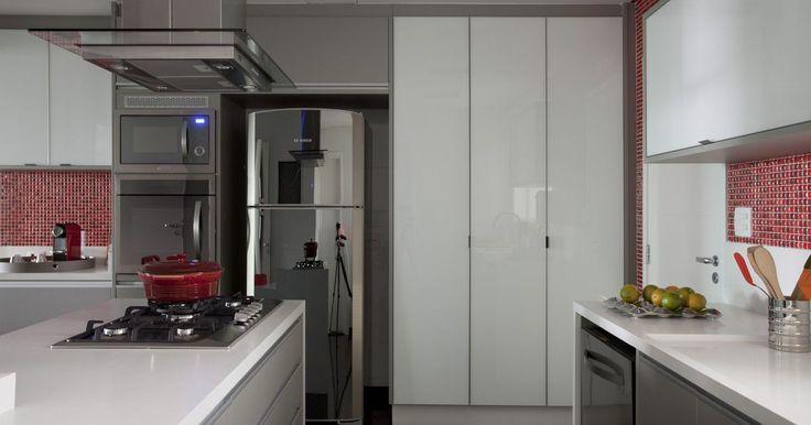 Cozinha planejada com geladeira em Inox