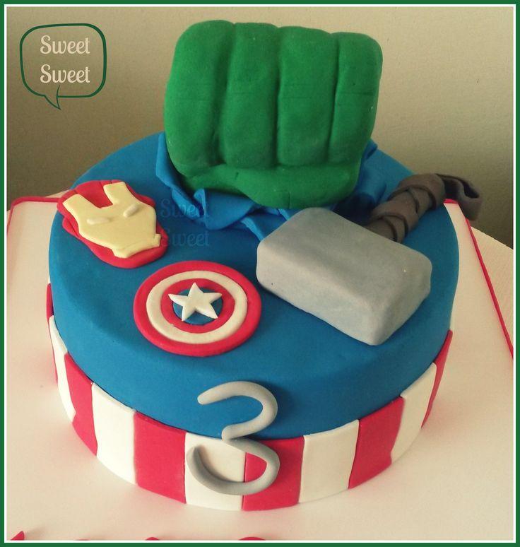 Avengers para Mateo Hulk, Thor, Iron Man y el Capitan America Puño de Hulk y martillo de Thor en torta de manteca tallada. Todas las decoraciones comestibles Seguinos facebook.com/sweetsweetpasteleria Pedidos pasteleriasweetsweet@yahoo.com.ar #avengers #avengerscake #tortaavengers #tortavengadores  #cumpleañosavengers #cumpleaños #sweetsweet