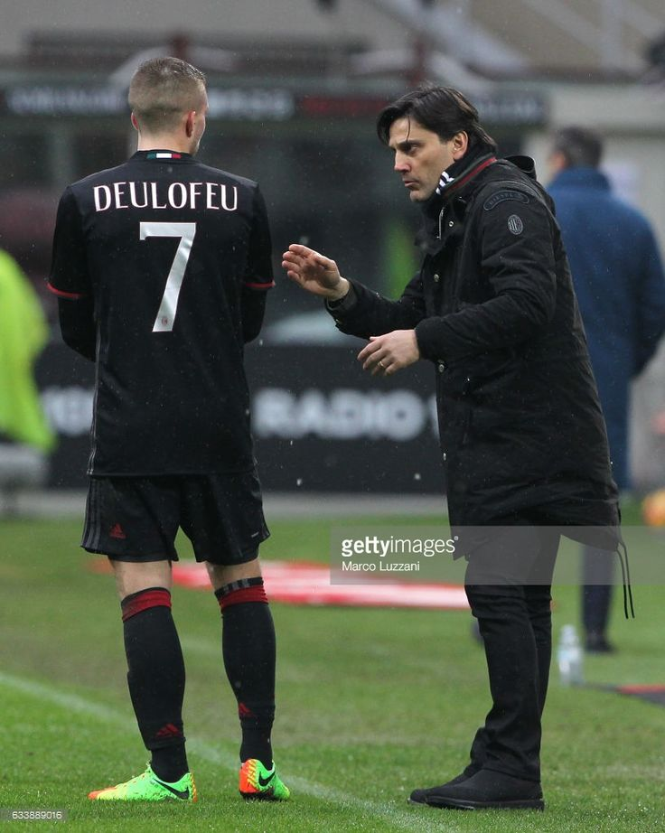 AC Milan coach Vincenzo Montella issues instructions to his player Gerard Deulofeu during the Serie A match between AC Milan and UC Sampdoria at Stadio Giuseppe Meazza on February 5, 2017 in Milan, Italy.
