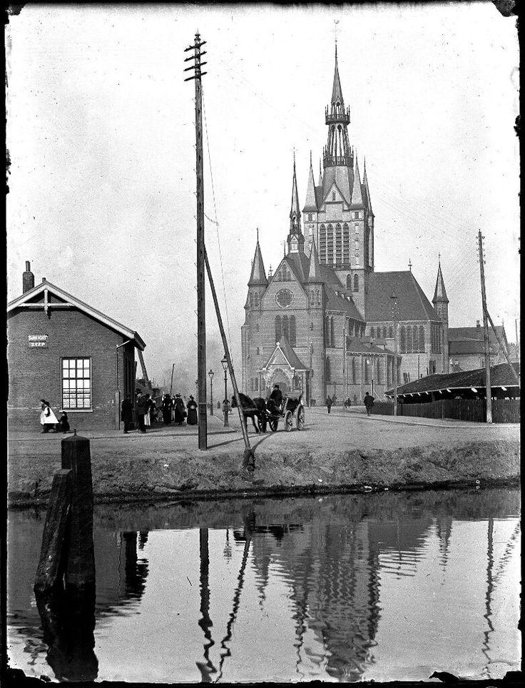 De r.k. Maria Magdalenakerk staat aan het begin van de Spaarndammerstraat. Zij is gebouwd in 1891 naar een ontwerp van Pierre Cuypers en gesloopt in 1968. Foto gemaakt vanaf de Houtmankade met op de voorgrond het Westerkanaal, Amsterdam 1893. Foto: Jacob Olie