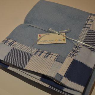 Mantita de polar con borde en tela de algodón.