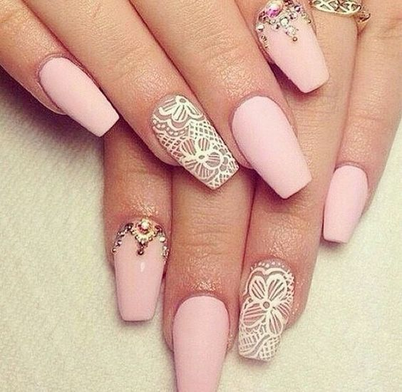 Свадебный объемный маникюр с рисунком и со стразами на длинные ногти; розовый и белый лак; 3D дизайн ногтей; wedding nails with rhinestones; wedding manicure; pink nail polish; manicure with a pattern; long nails; wedding nails design; 3D design nails; nails art