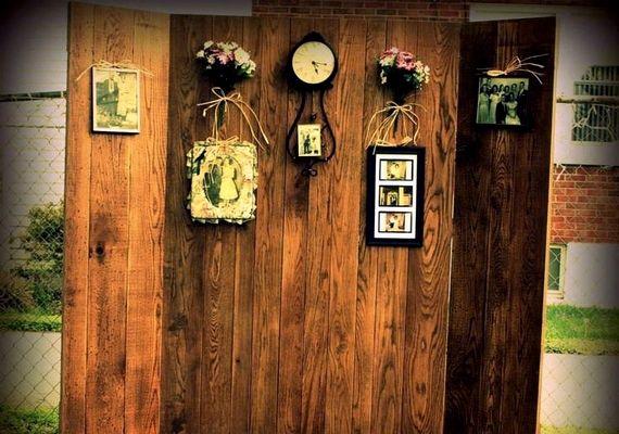 Vintage stílusú esküvőre jó ötlet kidekorálni egy deszkaparavánt régi családi fotókkal vagy antik dísztárgyakkal.