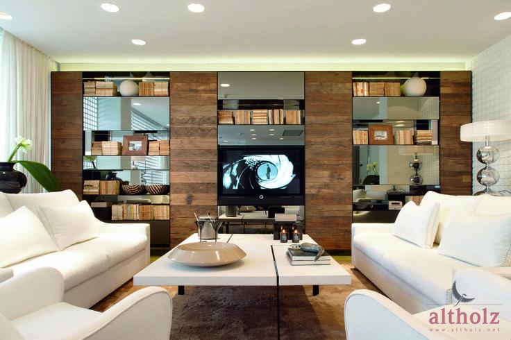 un espacio elegante con madera, tanto en el suelo, paredes y mobiliario.