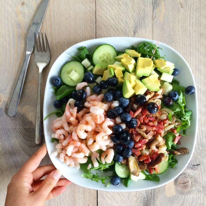 De lekkerste Paleo salade ooit! Sla met garnalen, spekjes, ui, shiitakes, blauwe bessen, komkommer, koolrabi en avocado.  www.eetpaleo.nl Marinka's Paleo leven