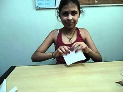 Katarina ensina  a Turma do cca Vila Itaim a fazer flores de papel higiê...