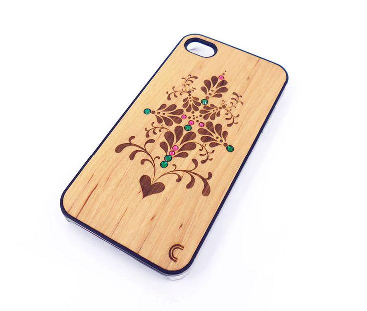 Θήκη με πλάτη από φυσικό ξύλο, με σκαλιστό σχέδιο λουλουδιών, διακόσμηση από χρωματιστά strass και διάφανο πλαστικό περιμετρικά. Μία πραγματικά ξεχωριστή θήκη που θα τραβήξει τα βλέμματα, ενώ ταιριάζει θα δώσει ένα πολύ κομψό στυλ στο κινητό σας.