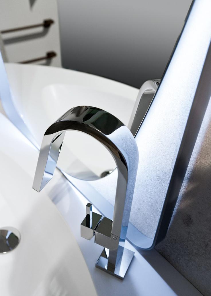 Mobili bagno sospesi dalle linee morbide ed eleganti. Essenziale e dinamica, la struttura degli arredi viene realizzata con pannelli in conglomerato ecologico di legno idrorepellente, completamente atossico e verniciato con prodotti a base d'acqua.
