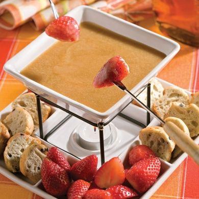 Variez les façons de préparer la fondue en dessert en troquant le chocolat pour le sirop d'érable. Les fraises et les morceaux de gâteau moelleux sont tout à fait exquis enrobés de cette onctueuse sauce sucrée.