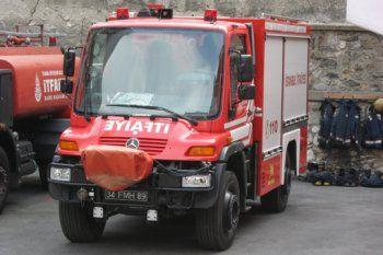 A Istambul en Turquie, ces sapeurs pompiers ont la chance de pouvoir profiter de ce Mercedes Unimog. Réputé pour sa robustesse et sa fiabilité, ce petit camion s'équipe d'un six cylindres en ligne développant 240 chevaux.