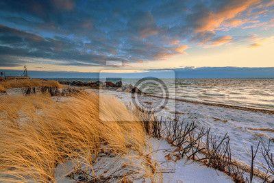 Trawa, białe wydmy na plaży i niebo o zachodzie słońca na brzegu na obrazach myloview. Najlepszej jakości fototapety, naklejki, obrazy, plakaty. Chcesz ozdobić swój dom? Tylko z myloview!