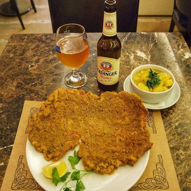 ✔Şinitzel, zaher pastası ve bira @cafewiennisantasi nın popülerlerinden👍 Menü oldukça sade ve Viyana lezzetlerini barındırıyor.Ayrıca Macar gulaş çorbası da var👌 👉Dana şinitzel, Viyana usulü patates salatası ve bira ile tabi.. ✔Ben oldukça lezzetli bulduğumu söylemeliyim.Özellikle yemek sonrası tatlı ve kahveyi pas geçmeyin😊 ℹBilmeyenler için ufak bir not: mekan bu yıl Nişantaşı'nda 27. yılını kutluyor. 💰 Şinitzel ve patates salatası : 48 TL Bira : 16 TL