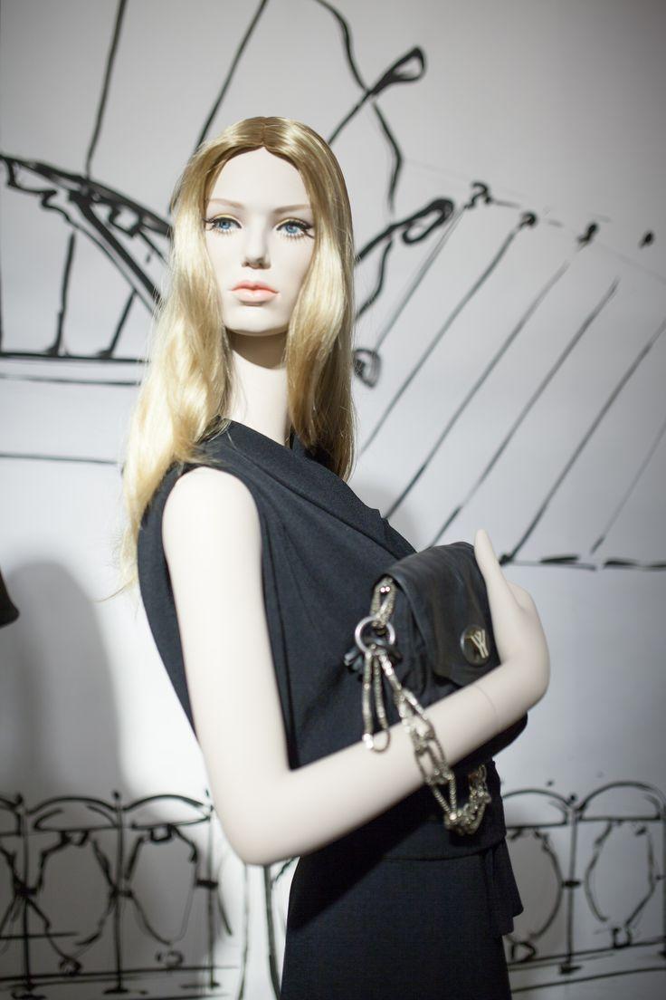 les 17 meilleures images du tableau realistic mannequins sur pinterest realiste vitrines en. Black Bedroom Furniture Sets. Home Design Ideas