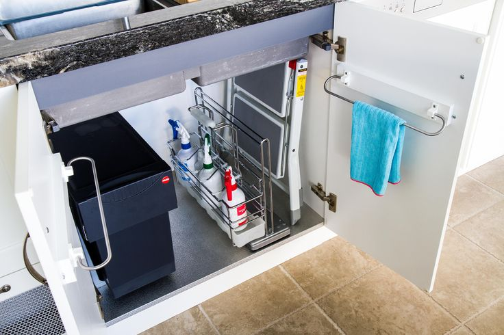 Traditional kitchen. Under sink storage. Pull-out bin under sink. Cleaning caddy. www.thekitchendesigncentre.com.au