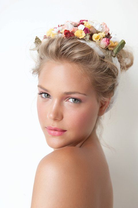 Tocado floral para el pelo.   Tocado boda. {Beautiful  hair!}