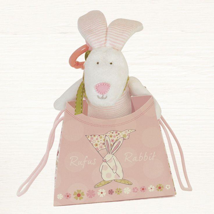 Rufus Rabbit Leke Kanin Rosa.  Flott leke for å henge i barnevogn, over sengen eller i bilen.  Aktivitetsleke for de små når de trengs å underholdes.  Ørene knitrer, klem på den så piper den og når du drar ut snoren så vibrerer Rufus og lager lyder. Ring med åpning for å henge opp leken.  Størrelse Leke 8 x 23 cm. Størrelse gavepose: H 10 x L 12 B 6,5 cm.