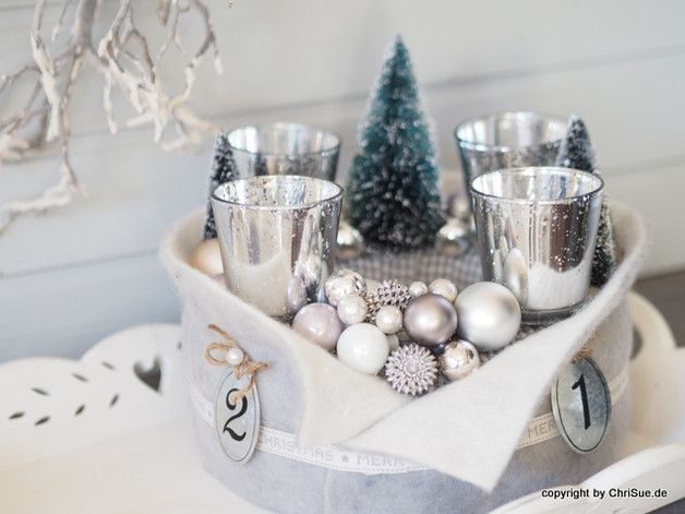 Adventskranz Wintergeschichten. Zwei mit Karoband umwickelte Römer bilden die Grundlage für diesen schönen Adventskranz. Vier Teelichthalter aus Glas geben den Kerzen einen sicheren Stand auf dem...