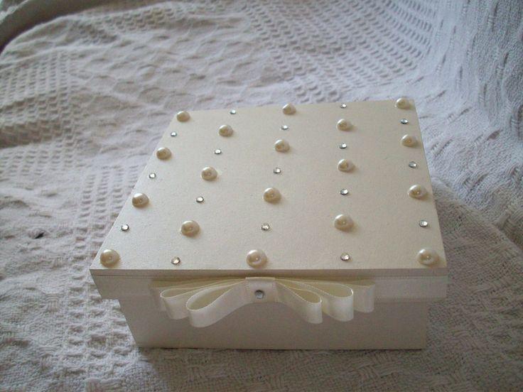 Caixa mdf pintada e decorada com perolas e etrass, laço cetim.