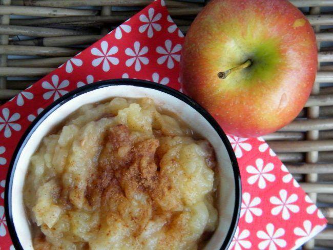 Suikervrije appelcompote van Tante Pollewop. Met maar een paar ingrediënten (appels, kaneel, rozijnen, citroen en water)  heb je snel en makkelijk een heerlijke compote gemaakt. Happy Fall!