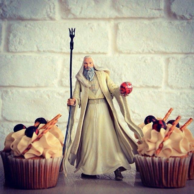 Saruman: Κάποτε ο μεγαλύτερος του Λευκού Συμβουλίου στη Μέση Γη, θέλησε να γίνει Σάουρον στη θέση του Σάουρον και συνεργάστηκε μαζί του, καταστρέφοντας το Ίσενγκαρντ και δημιουργώντας έναν ολόκληρο στρατό από Ουρούκ-χάι. Τα σχέδιά του όμως ανατράπηκαν και το τέλος του ήταν άδοξο. Aπό τα ψηλά στα χαμηλά και απο τα πολλά στα λίγα. Τo μεταμορφώσαμε σε λευκή σοκολάτα, καραμέλα και φυστικοβούτυρο.