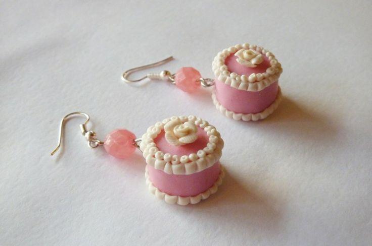 Orecchini a torta rosa in fimo fatti a mano decorati con rose bianche e panna - Pink cake with cream earrings in fimo polymer clay handmade