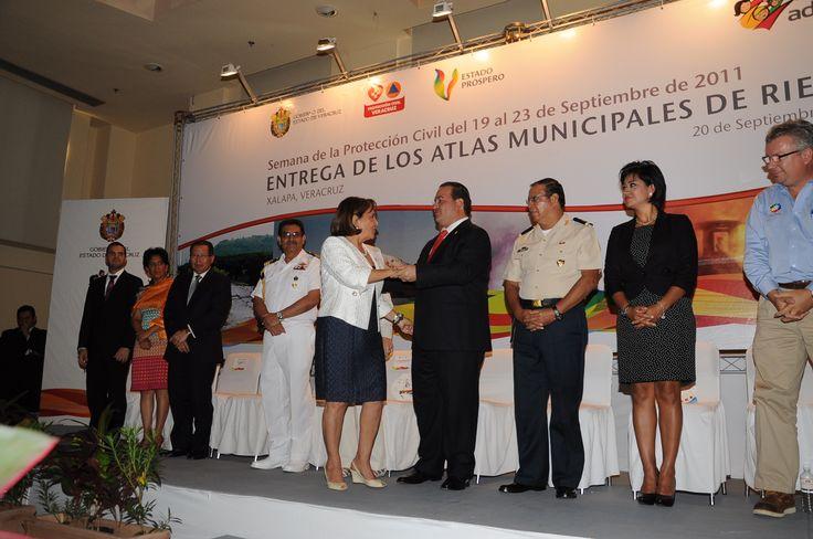 El gobernador del estado de Veracruz, Javier Duarte de Ochoa hizo entrega de Atlas Municipales de Riesgos como parte de las iniciativas desarrolladas por el sistema de protección civil para reforzar las acciones de prevención y atención en todo el estado.