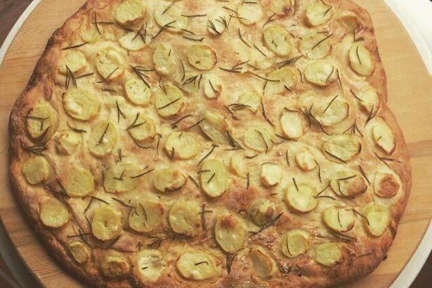 Μια κλασική συνταγή του ιταλικού νότου. Η πίτσα στα καλύτερά της! Μια διαφορετική πρόταση, χωρίς ντομάτα ή τυρί, εξίσου απλή και νόστιμη