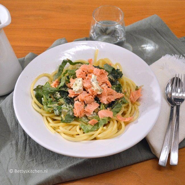 Een recept uit de categorie: Makkelijke maaltijd! Deze spaghetti met zalm, andijvie en roomkaas is supereenvoudig en lekker!