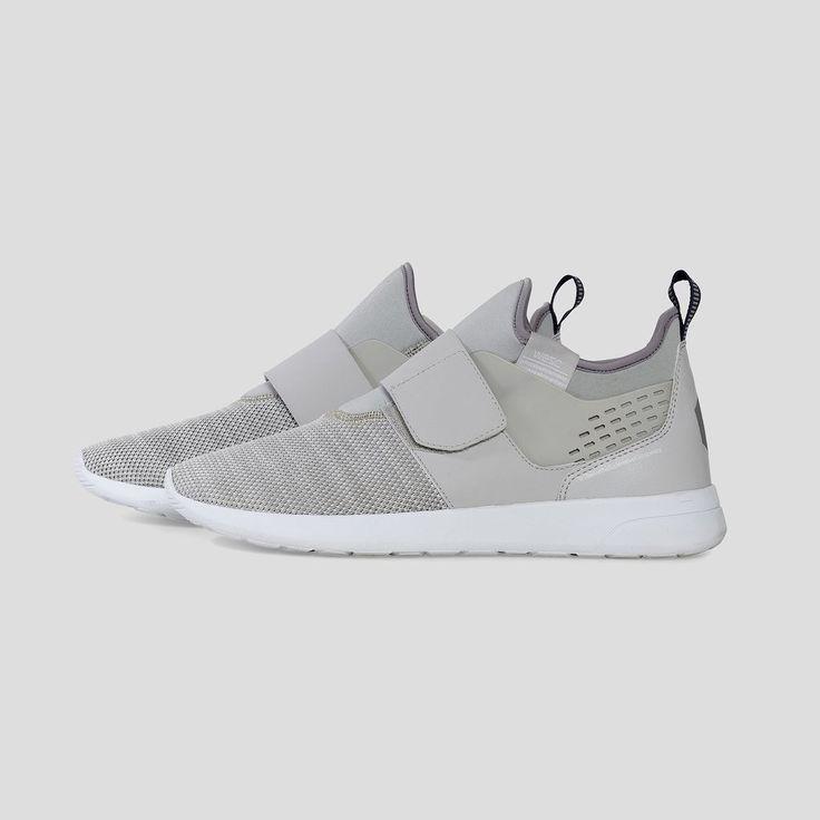 Sneaker unisex low top con suola in EVA e tela sintetica. Chiusura in velcro, linguetta con logo tessuto.