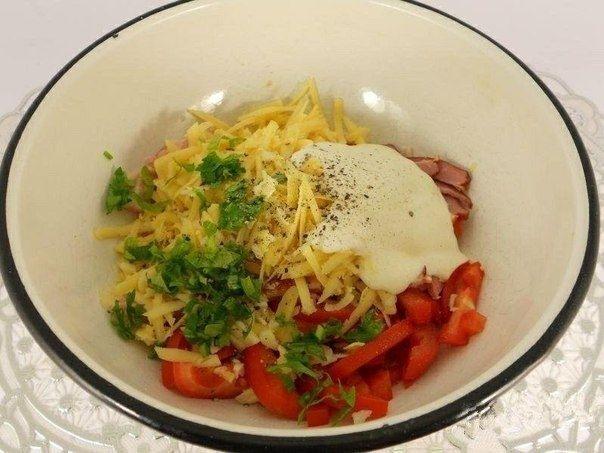 Фото к рецепту: Салат из помидоров с грудинкой, сыром и сухариками