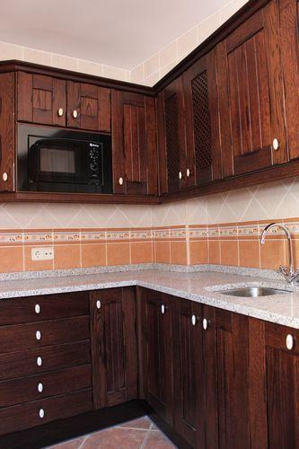 diseo de cocinas diseo de cocinas en chinchon madera rustico oscuro encimera de granito