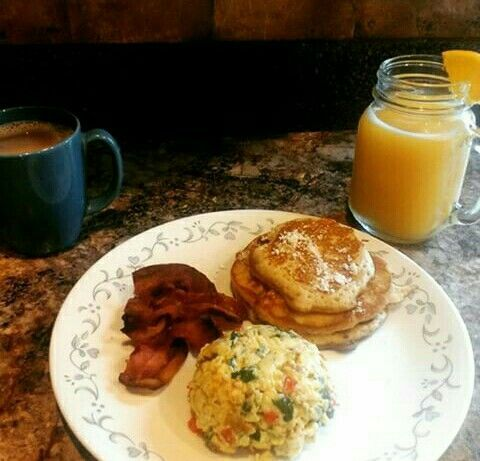 Pancakes , revoltillo con vegetales , bacon , cafe y jugo de china