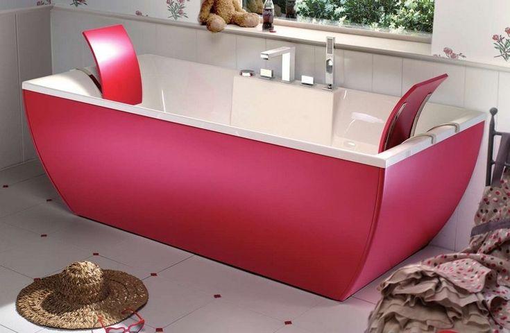 baignoire acrylique colorée, tablier en rose fuchsia et carrelage de sol blanc neige parsemé de cabochons roses
