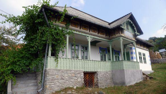 Pe valea superioară a Vâlsanului sunt o serie de sate care mai păstrează case şi gospodării tradiţionale de sf. de secol XIX şi început de secol XX. Arges, Romania.