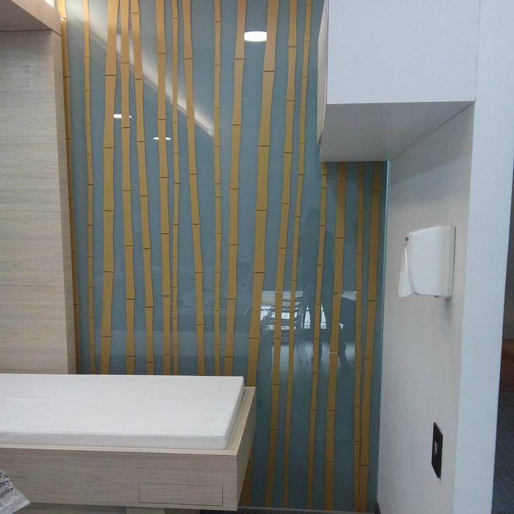 Vinilo Decorativo Bambu. Instalado en Division de vidrio para consultorio. Info en www.retropopdesign.com Tel: 3102487305 Bogotá.