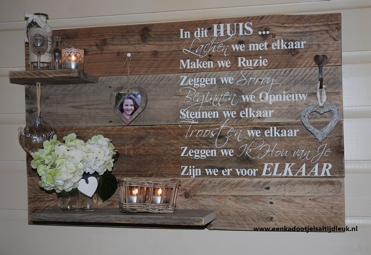 Stoer Wandbord 'In dit huis' met geschilderde letters en hartjeshaakje.
