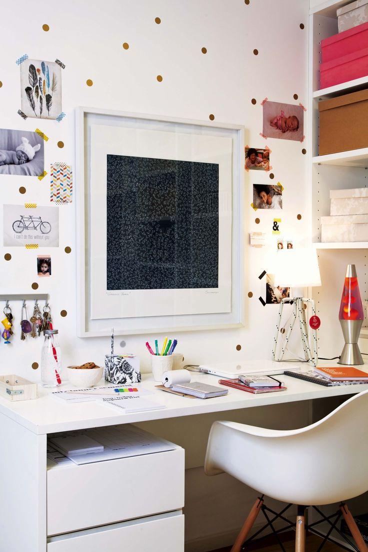 Espacio de trabajo pequeño dentro de una casa, organizado con estanterías, gran biblioteca y cajas de colores. Debajo de la mesa de escritorio, al lado de la silla 'DSW', una cajonera con ruedas para facilitar la limpieza, usarla como apoyo o quitarla si se trabaja con alguien más. El estudio de Ingrid Hajnal, The Organization Wiz.