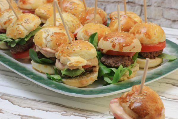 Mini Burger mit Cocktailsauce und selbstgemachten Bun