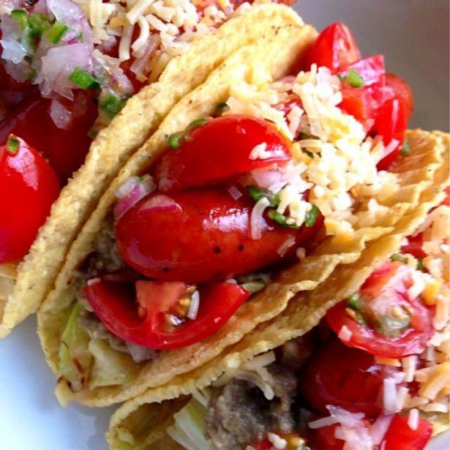 昨日のレンズ豆の煮物をペーストにして、キャベツ炒め、チョリソー、小鍋様の素敵サラダをタコシェルにはさんで頂きます!! ピーマンの効果は絶大!素敵なレシピをありがとうございました! 今からかぶりつきま〜す! - 200件のもぐもぐ - レンズ豆ペーストとチョリソと小鍋様乗せタコス             Insalata di pomodori (トマトのサラダ) by kim555