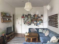 De paletes pode realmente fazer tudo: se mesa de TV, prateleira ou decoração …